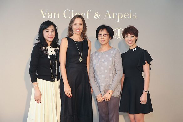 国家大剧院舞蹈艺术总监赵汝蘅女士(右二)、Van Cleef & Arpels梵克雅宝亚太区总裁Catherine Rénier女士(左二)、 Van Cleef & Arpels梵克雅宝中国董事总经理赖予欣女士(左一)和Van Cleef & Arpels梵克雅宝中国市场及传讯总监俞利瑢(右一)为国家大剧院与世家携手呈现的《国际明星芭蕾精品荟萃》演出揭开序幕。