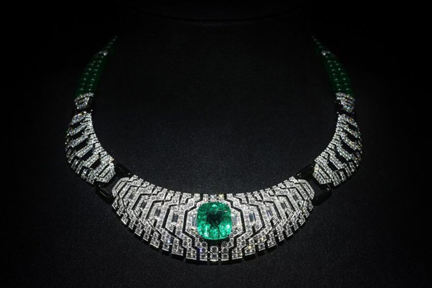 Cartier Magicien高级珠宝系列Apparition项链,14.71克拉枕形祖母绿哥伦比亚,祖母绿圆珠66.83克拉,缟玛瑙10.88克拉,锥形钻石1.68克拉,明亮式切割钻石11.90克拉。