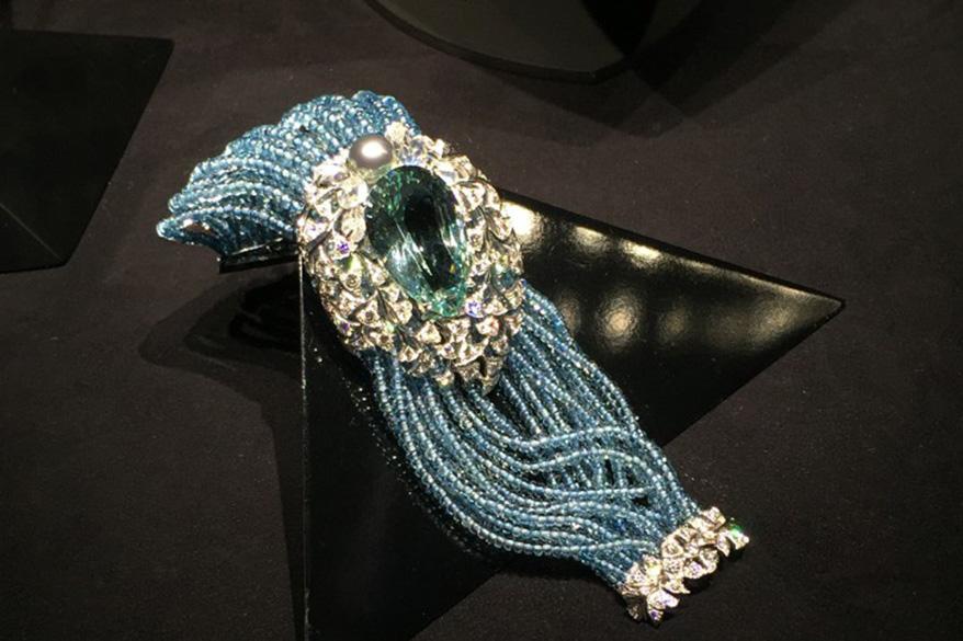Cartier Magicien高级珠宝系列手镯,1颗梨形海蓝宝石,重39.8克拉,海蓝宝石圆珠,月长石,养殖珍珠,圆形明亮式切割钻石。