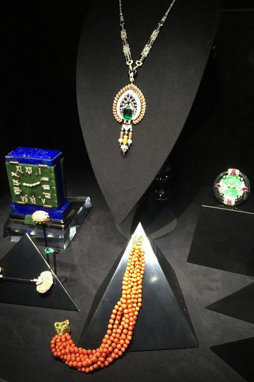 此次展览中还有一部分古董珠宝展示,并分为两个部分,一部分古董珠宝展览同时可以进行售卖,另一部分古董珠宝则只进行展览,之后继续为卡地亚收藏。