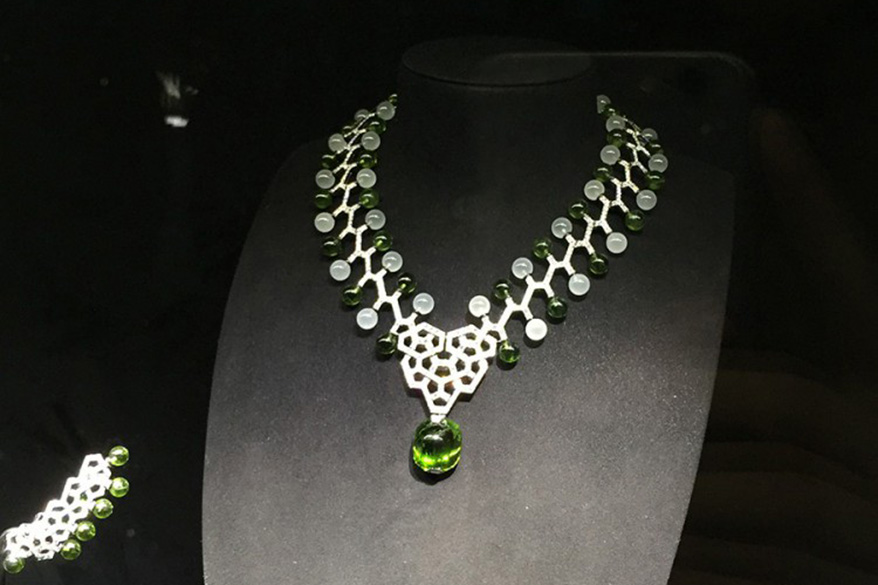 Cartier Magicien高级珠宝系列Astralis项链,1颗凸圆形切割橄榄石,重42.18克拉,周围橄榄石圆珠,乳白色石英圆珠,圆形明亮式切割钻石。