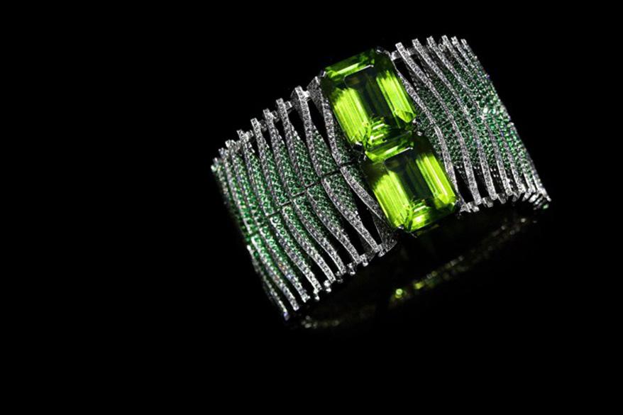Cartier Magicien系列高级珠宝Double Jeu手镯,白18K金, 2颗长方形拐角式切割橄榄石64.59 克拉,沙弗莱石29.77 克拉,明亮式切割钻石21.41 克拉。